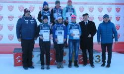 W górnym szeregu, na środku stoi Andżelika Szyszka, zwyciężczyni biegu w Ptaszkowej<br/>fot. Bogdan Kwaśnik